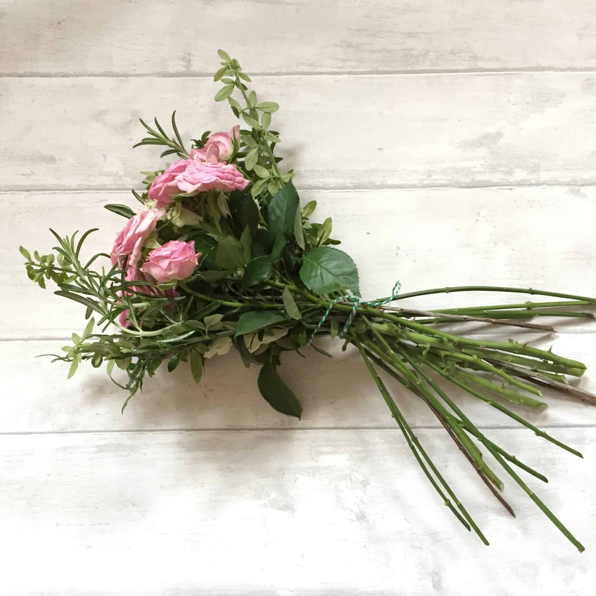 How to arrange flowers: handmade arrangement