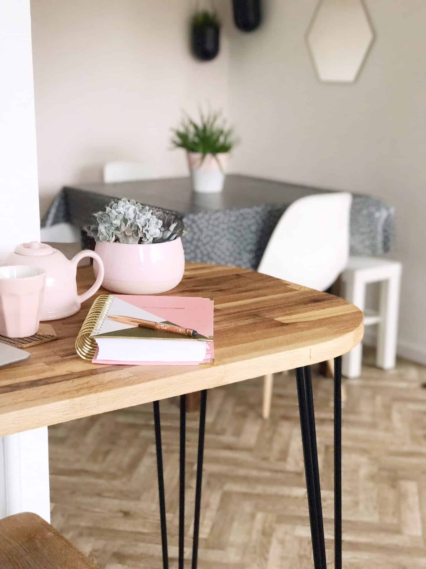 Breakfast bar with pink tableware and black hairpin legs
