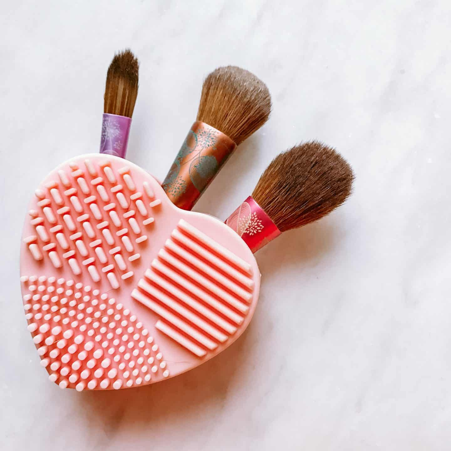 Make-up brush cleaner and brushes
